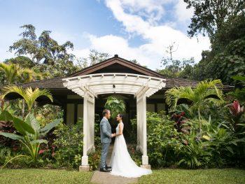 A Modern Hawaii Garden Wedding with a Splash of Local Artistry