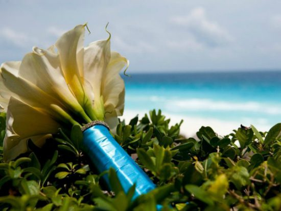 tips for choosing beach wedding flowers